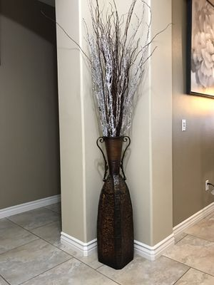 Metal decorative vase for Sale in ARROWHED FARM, CA