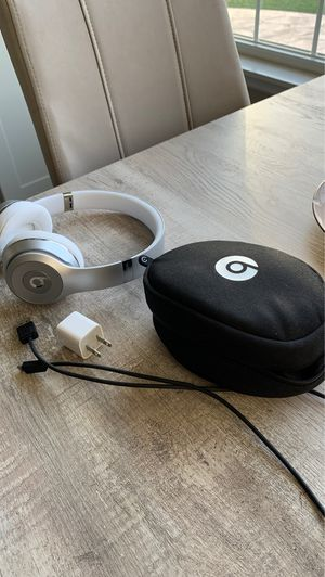 Beats Solo 3 Silver Wireless on ear headphones with case and charging cable for Sale in Ontarioville, IL