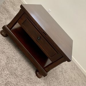 Wood Coffee Table With Lift Up Tray for Sale in Visalia, CA