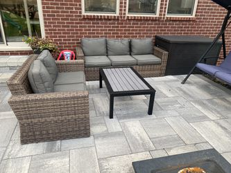 Outdoor patio set by broyhill. for Sale in Novi,  MI