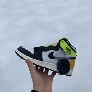 Air Jordan 1 Volt Gold (gs size 7y) for Sale in Prospect Heights, IL