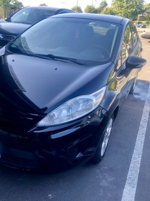 Se vende Ford Fiesta 2014 Color Negro interior de tela color negro 4 cilindros es Salvage pocas millas for Sale in Oakland, CA