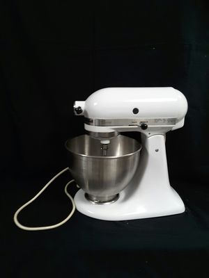Kitchen Aid classic 5 qt mixer for Sale in Puyallup, WA