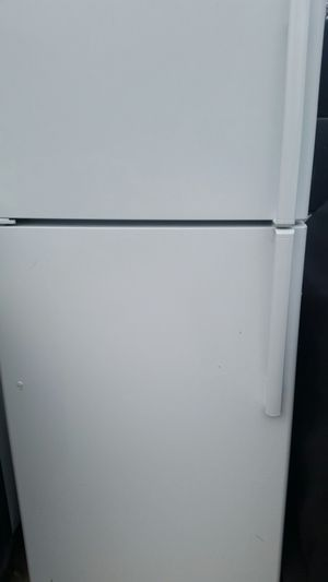 Refrigerator top freezer like new 4 months warranty for Sale in Lincolnia, VA