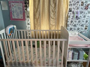 !!!PRICE DROP!!! Convertible crib and changing table for Sale in Bowie, MD