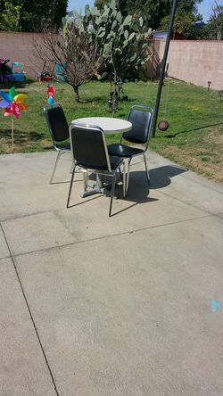Mesa con 2 sillas45 dolares mide 24 pulgadas de ancho x30 de alto for Sale in Baldwin Park,  CA
