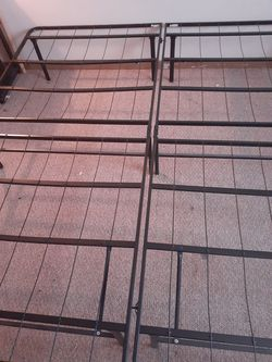 Metal bed frame for Sale in Davenport,  IA