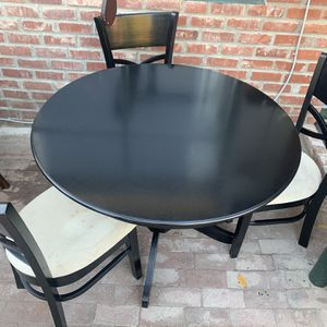 NICE ROUND DINING TABLE WITH CHAIRS for Sale in Fresno, CA