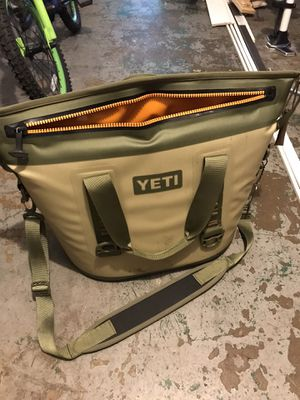 Yeti Hopper Two 30 cooler bag for Sale in Wheaton, IL
