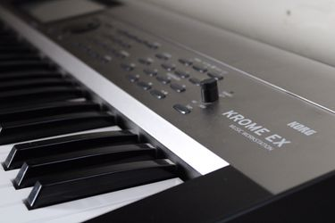 Korg Krome Ex Keyboard Workstation (Like New) New Case Included for Sale in Salinas, CA