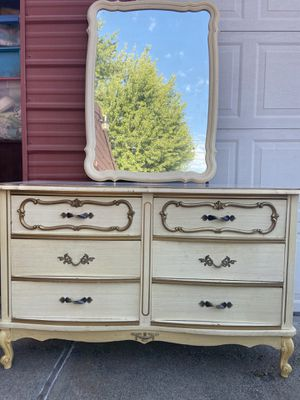 Vintage dresser with mirror for Sale in Benton City, WA