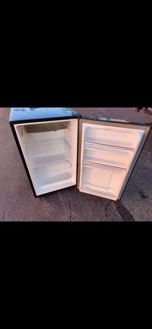 Medium sized mini fridge for Sale in Southington, CT