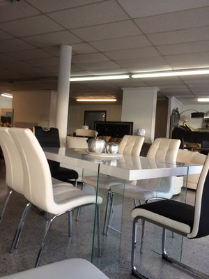 Table and 6 chair for Sale in Hialeah, FL