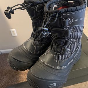 THE NORTH FACE Little Kid Size 1 boot for Sale in Bloomington, IL