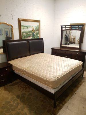 King size bedroom set solid wood and leather in excellent condition for Sale in Lauderdale Lakes, FL
