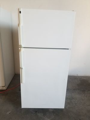 Hotpoint Apartment size top freezer refrigerator works great very clean for Sale in Hawaiian Gardens, CA