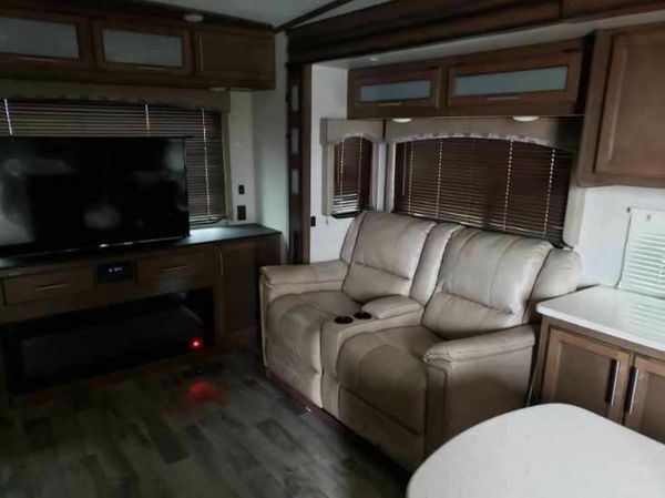 2018 RV- 5th wheel- 31ft (34ft overall) with 4 yr warranty-$46,999