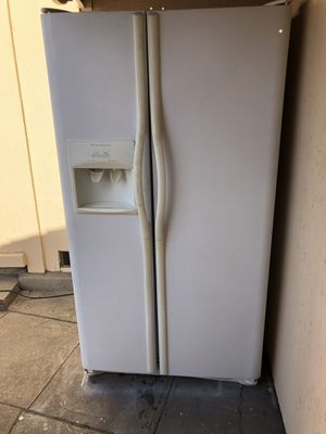 Really nice. Refrigerator freezer and ice maker water dispenser for Sale in Los Angeles, CA