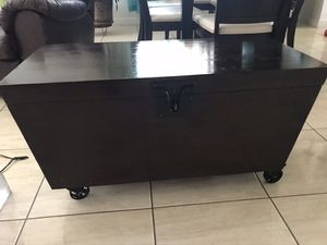 Baul madera solida for Sale in FL, US