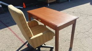Desk and office chair for Sale in Detroit, MI