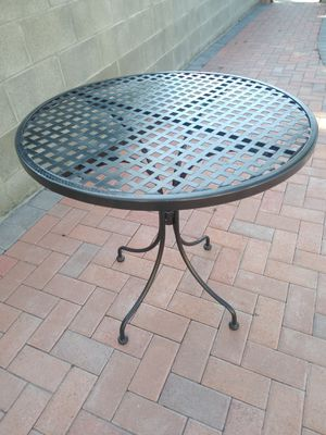 Metal table for Sale in Gardena, CA