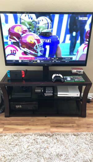 Tv stand/media center with glass top shelves for Sale in Woodinville, WA