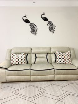 3 pc leather couch for Sale in Malvern,  PA