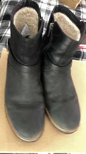 UGG camren leather (W) size 9 - free UGG leather cleaner set for Sale in Las Vegas, NV