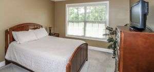 Full-size Bedroom Set (Headboard, Footboard, Chest & Nightstand) for Sale in Warner Robins, GA