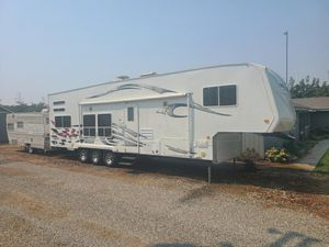 2006Toy hauler ( !still available !)Weekend warrior 3505LE billet edition for Sale in Hanford, CA