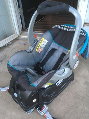 Baby car seat with base for Sale in Bentonville, AR