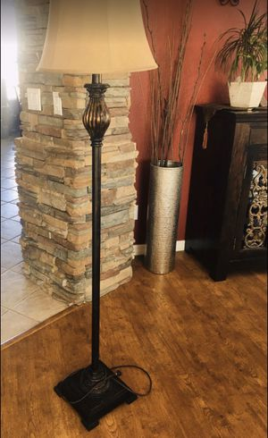 Floor lamp 5ft tall excellent condition for Sale in Peoria, AZ