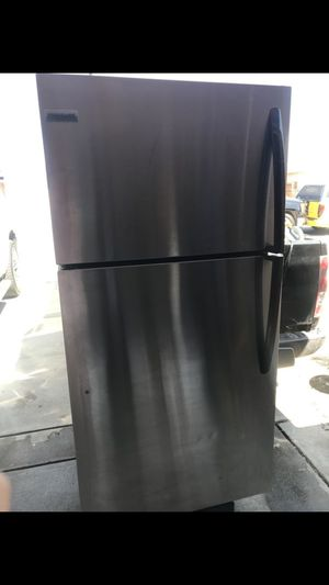 Frigidaire refrigerator with freezer for Sale in Pittsburg, CA