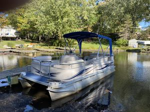 2004 Manitou 20' Pontoon boat, new seats, 60 hp 4 stroke. for Sale in White Lake charter Township, MI