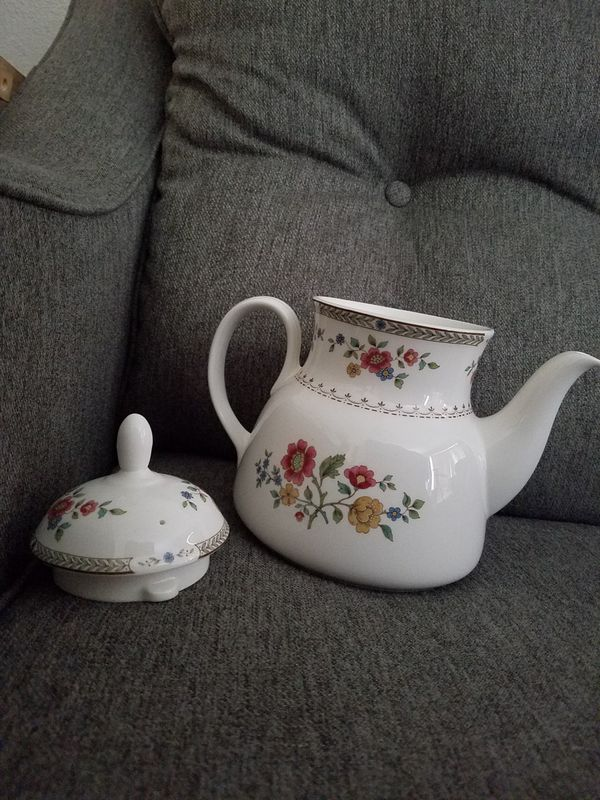 EXCELLENT Royal Doulton Kingswood China Teapot Cute Rare Pretty Nice