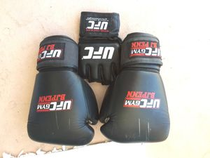 UFC Gym Mens Boxing Martial Arts Cardio Gloves 12-10oz Black and White for Sale in Honolulu, HI