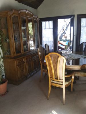 Thomasville 3 Pc. Hutch, 8 Dining Chair & Server Cabinet Table Set for Sale in Big Bear, CA