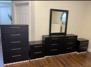 Dresser with mirror, chest and 2 nightstands- Cómoda con espejo, Gavetero y 2 mesitas de noche for Sale in Fort Lauderdale, FL