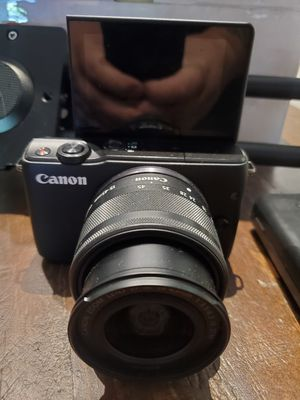 Canon m10 mirrorless w/kit lens for Sale in Elk Grove, CA