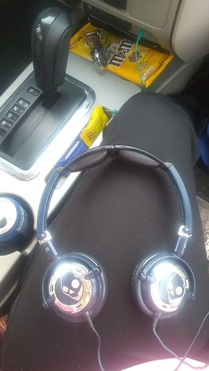 Skullcandy low rider headphones with hands free capabilities and mic for Sale in Greenwood, IN