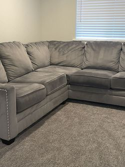 Grey Sectional Couch (PENDING PICKUP) for Sale in Auburn,  WA