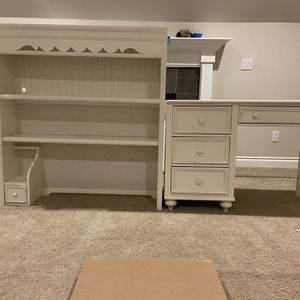 Stanley Desk And Hutch for Sale in Bonney Lake, WA
