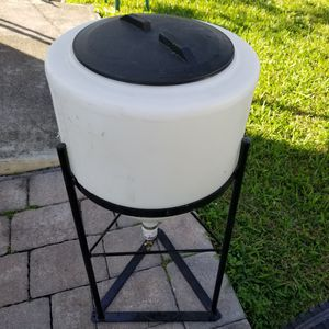 Water tank with metal stand for Sale in Miami, FL