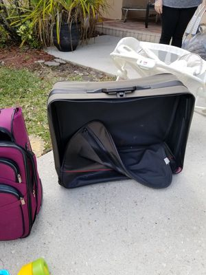 Worn but functional suitcases free. rolling. Clean. Pet free smoke free home for Sale in Pembroke Pines, FL
