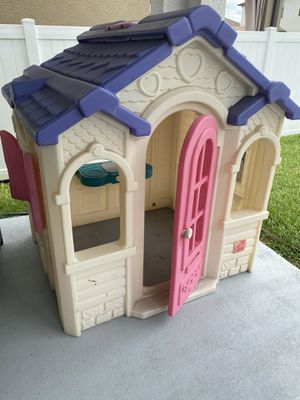 Lil Tykes indoor/outdoor playhouse 4ft x 4ft for Sale in Land O' Lakes, FL