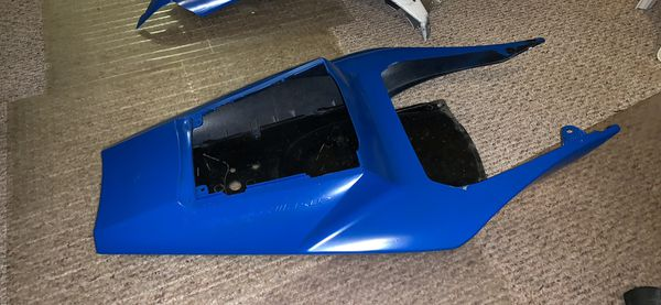 Fairing parts Yamaha R1 2002/03 parts used , tail part great condition, others scratches and taps broken but fixables