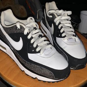 White And Black Nike Airmax Size 6y for Sale in Covington, KY