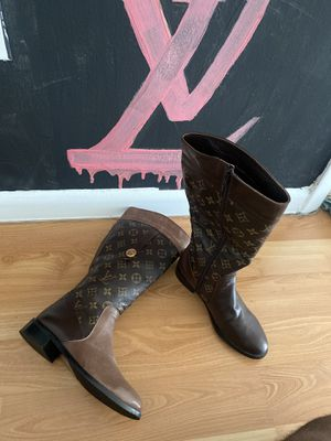 Authentic Louis Vuitton Women Boots Size 6 in Excellent Condition for Sale in Miami, FL