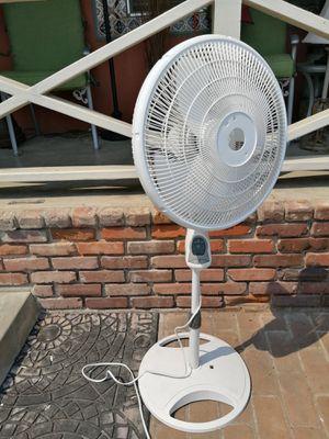 Like new Pedestal 3 speed fan Oscillate for Sale in Spring Valley, CA