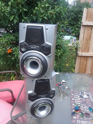 A nice set of speakers with woofer built in for Sale in Cleveland, OH